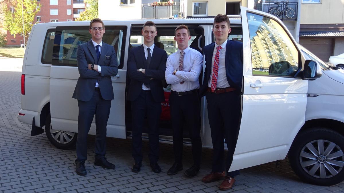 Misionieriai prie automobilio