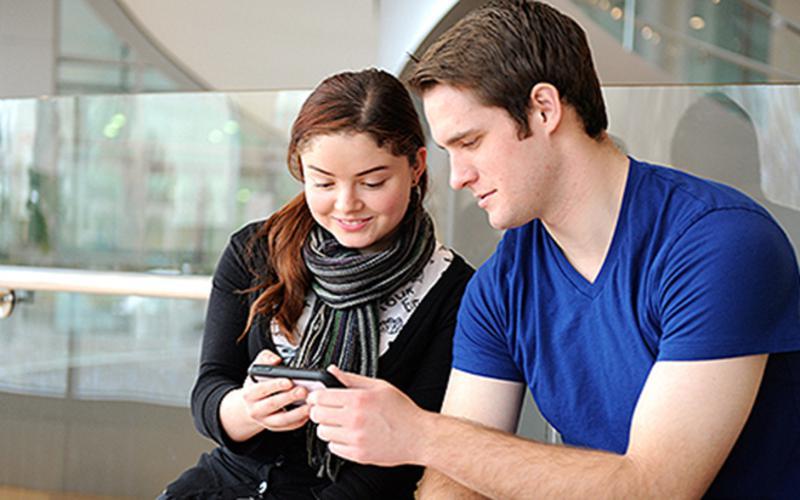 jaunimas skaito telefone
