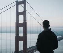 vyras prie tilto