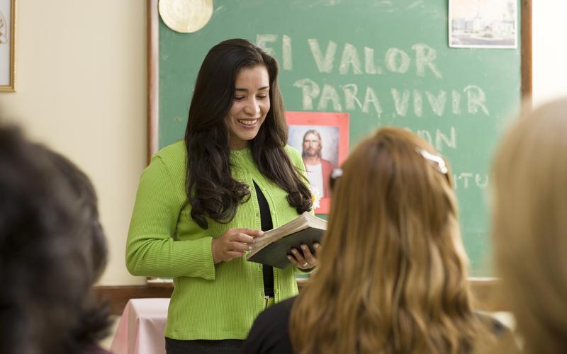 Hermana enseñando durante una clase de la Sociedad de Socorro