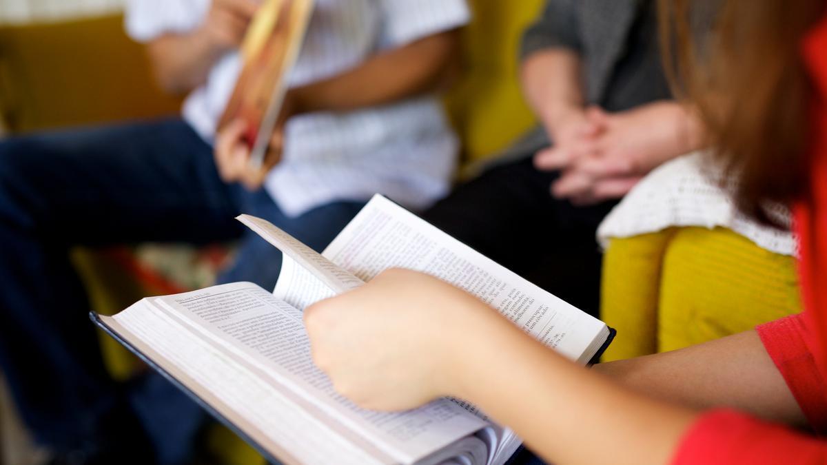 Hermana leyendo las escrituras