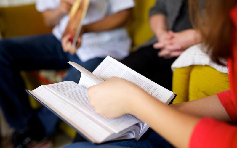 hermana leyendo las escrituras en clase