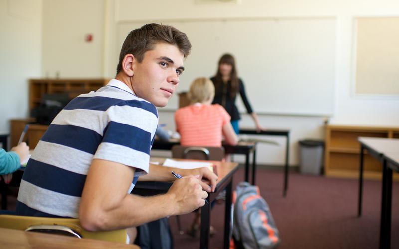 Joven en el salón de clases