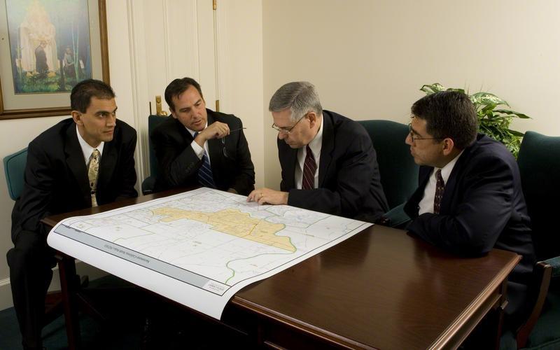 Obispado revisando el mapa del barrio
