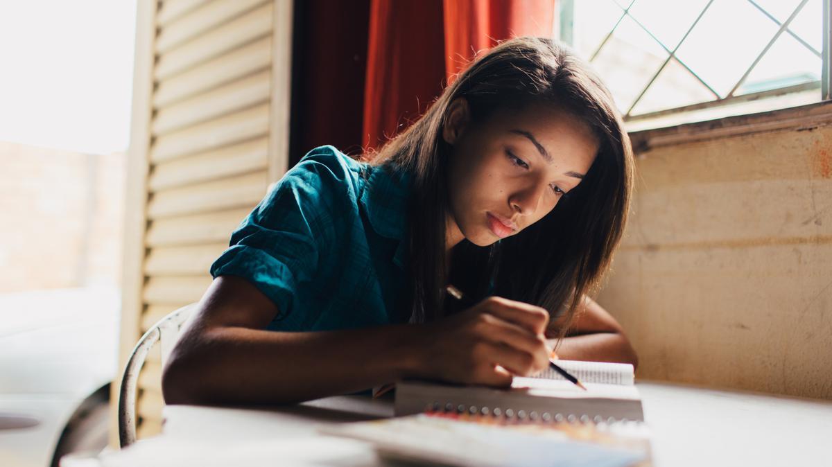Jovencita estudiando las escrituras