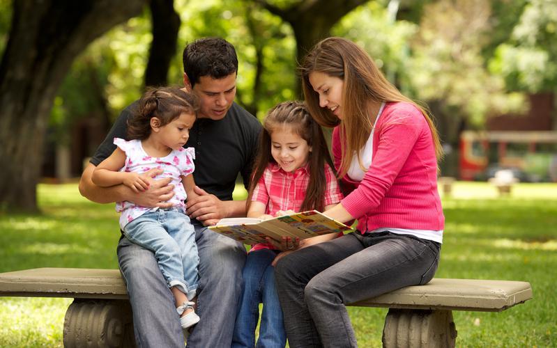 Familia viendo un álbum de fotos