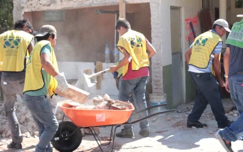 Voluntarios de Manos mormonas que ayudan