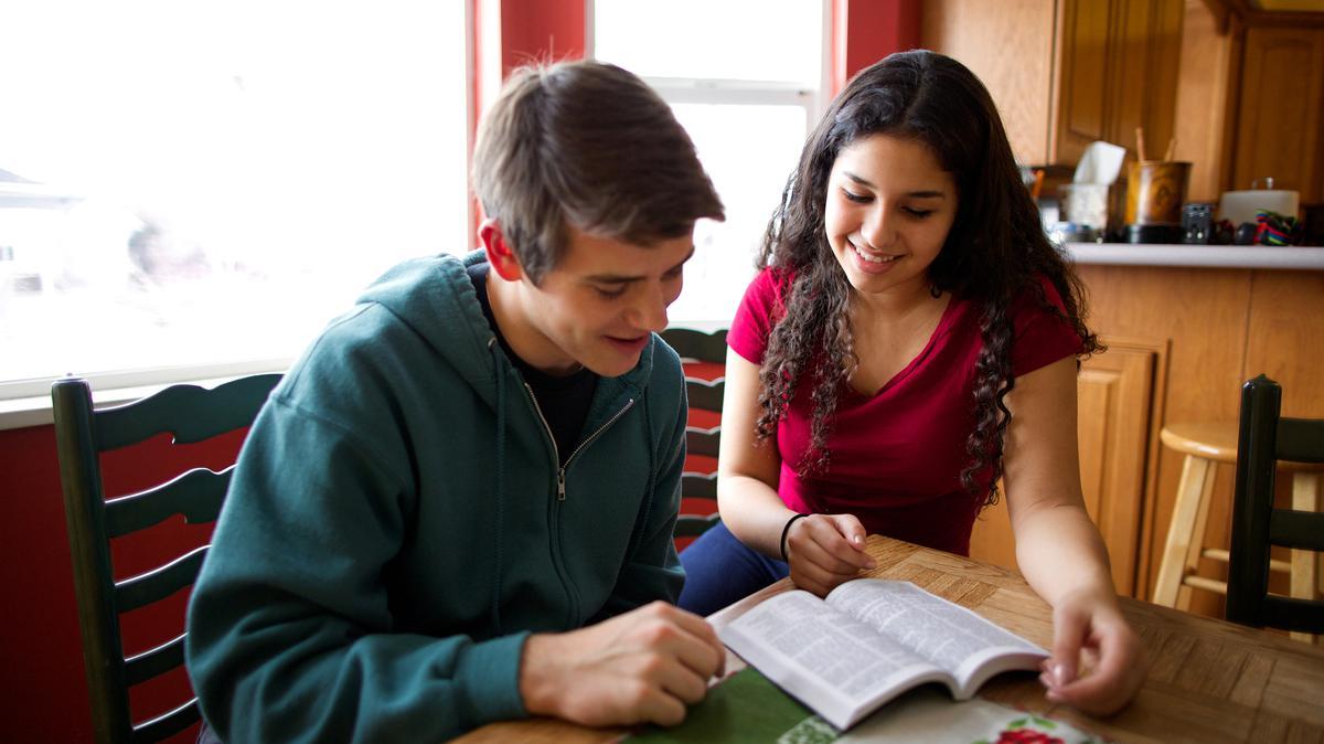 Jóvenes leyendo el Libro de Mormón