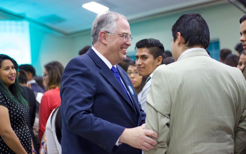 El élder Andersen con los JAS de Guadalajara en el devocional Invitar a todos
