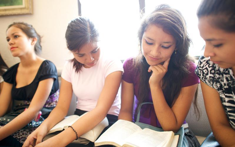 Mujeres jóvenes estudiando las escrituras