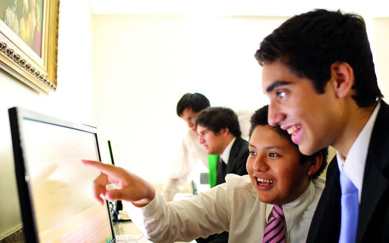 Jóvenes usando una computadora