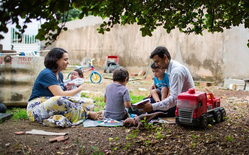 Familia jugando en el jardín