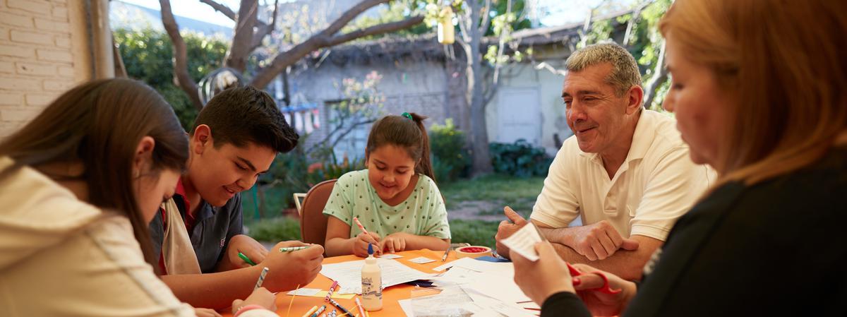 Familia realizando una manualidad