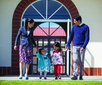 Familia saliento de capilla