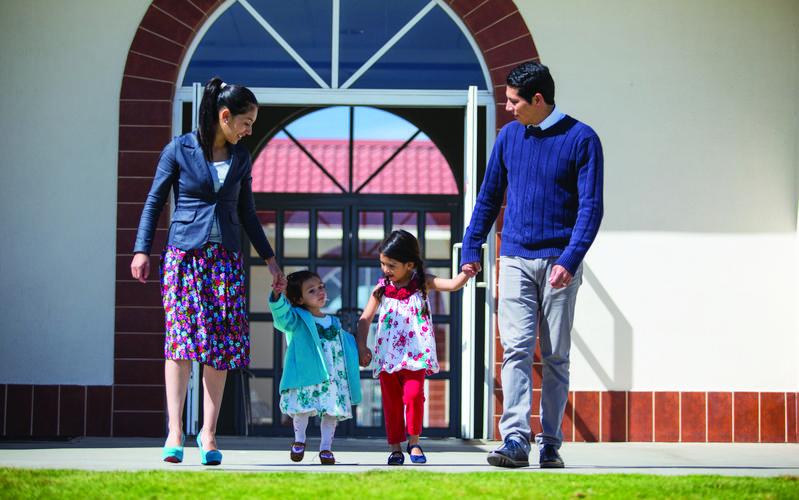 Familia saliendo de capill
