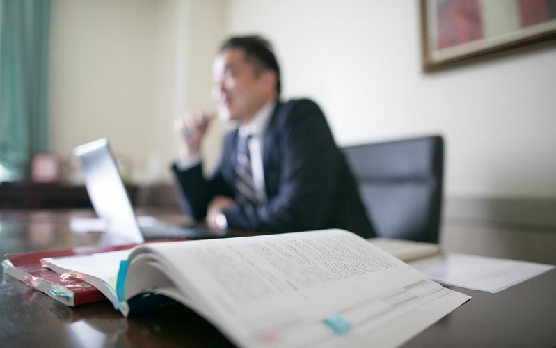 Obispo en su oficina