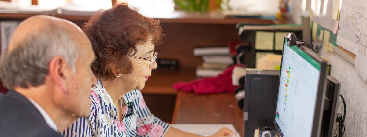 matrimonio mayor frente a una computadora