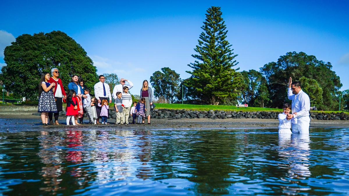 Bautismo en un lago en Nueva Zelanda