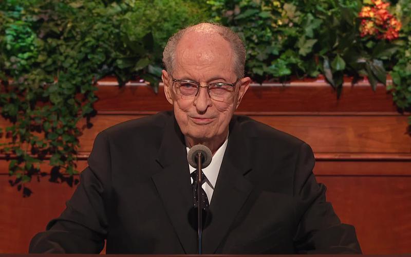 Élder Robert D. Hales durante la conferencia general