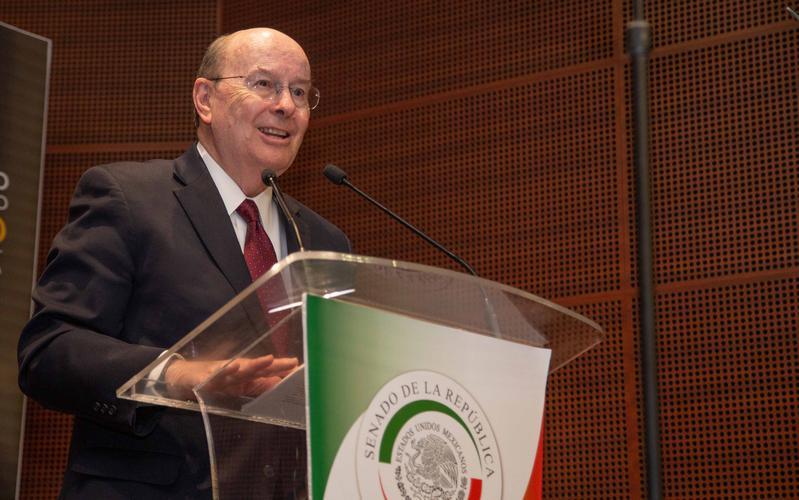 Élder Quentin L. Cook en el Senado de la República Mexicana