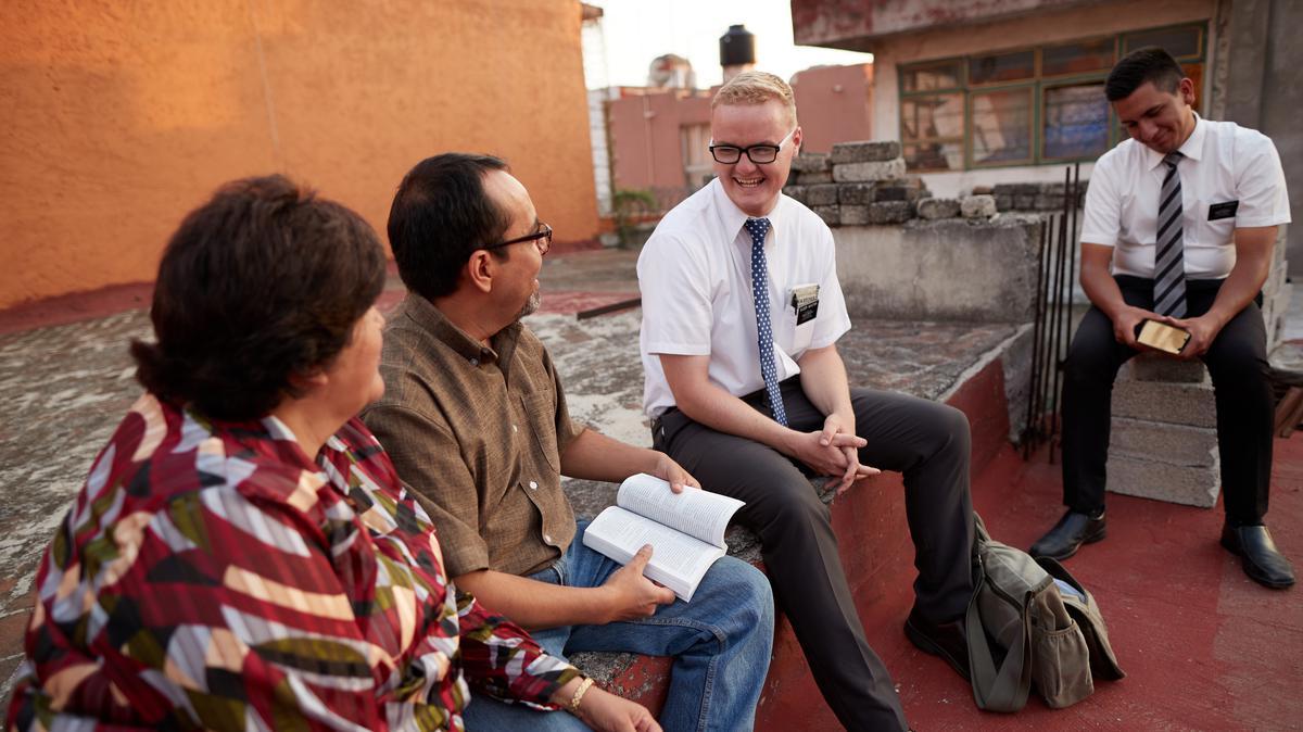 Matrimonio escuchando un mensaje de los misioneros