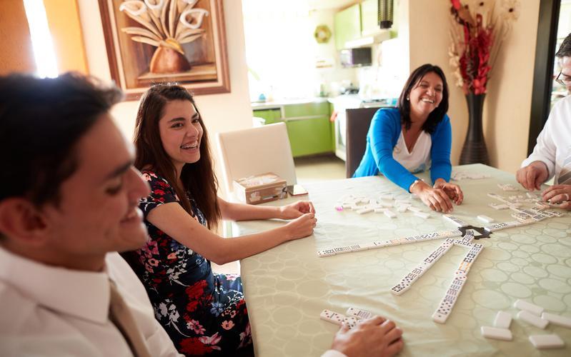 Familia jugando durante la noche de hogar
