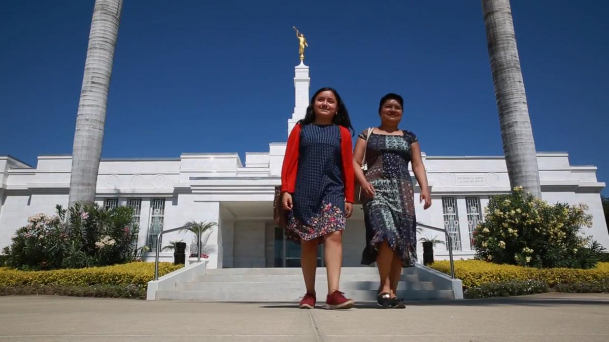 Madre e hija saliendo del templo