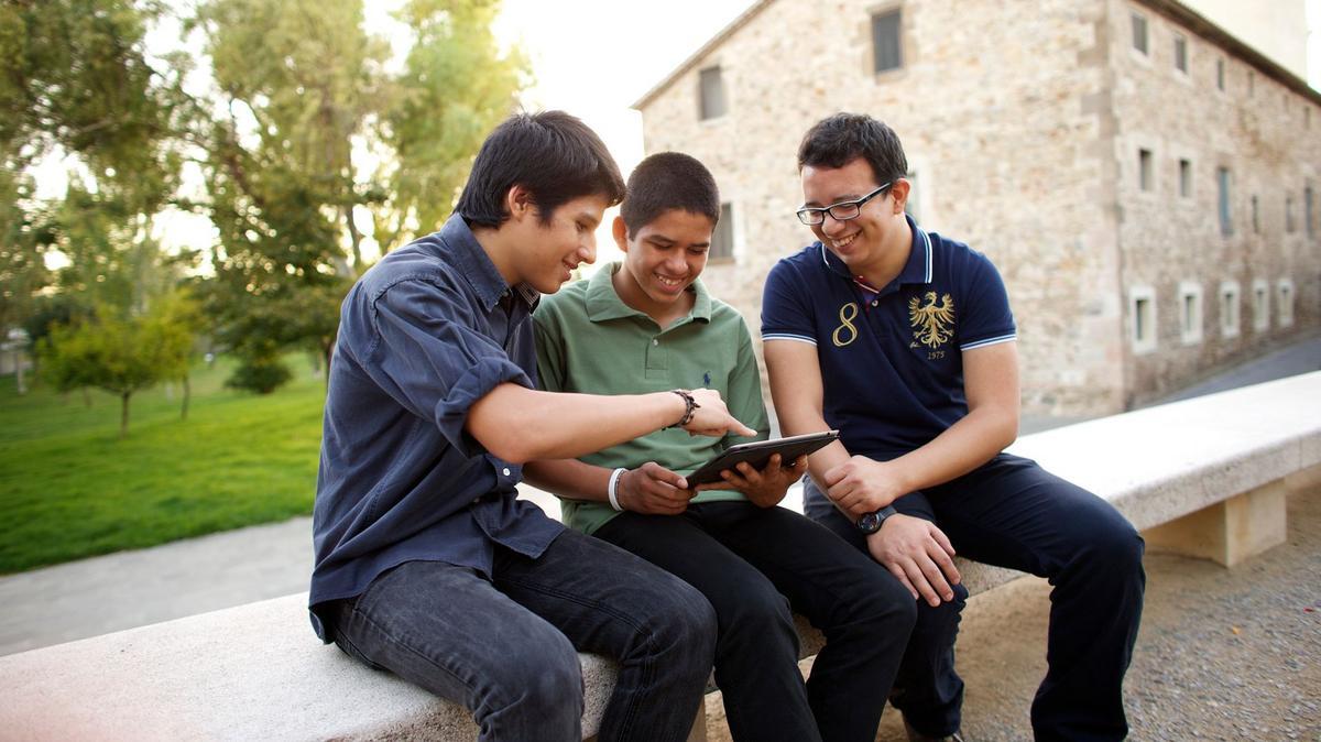 Adolescentes mirando su tablet