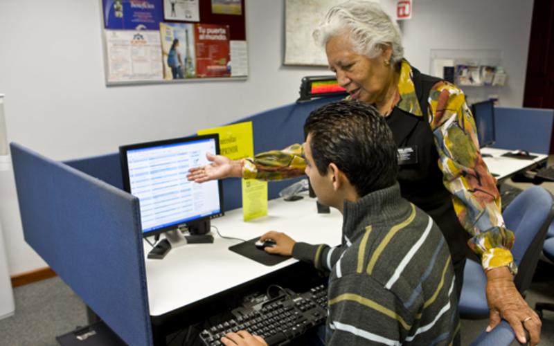 Una líder ayuda a un estudiante con la autosuficiencia