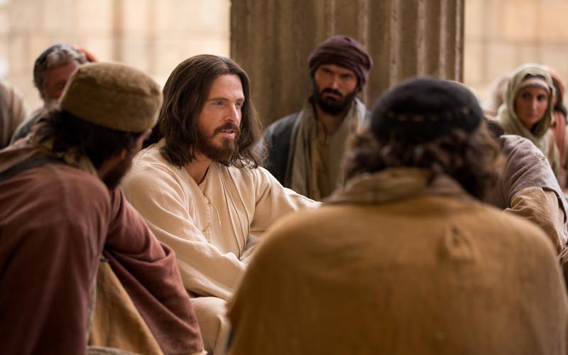 Jesucristo rodeado de personas mientras los instruye