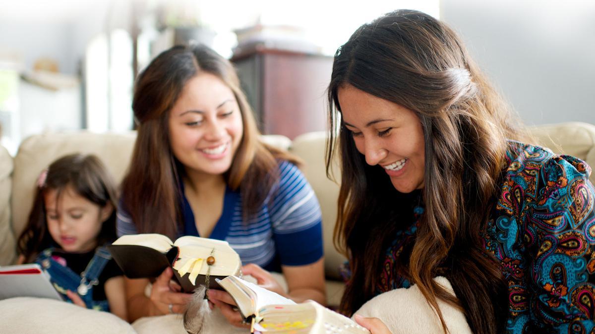 Jóvenes leyendo las escrituras