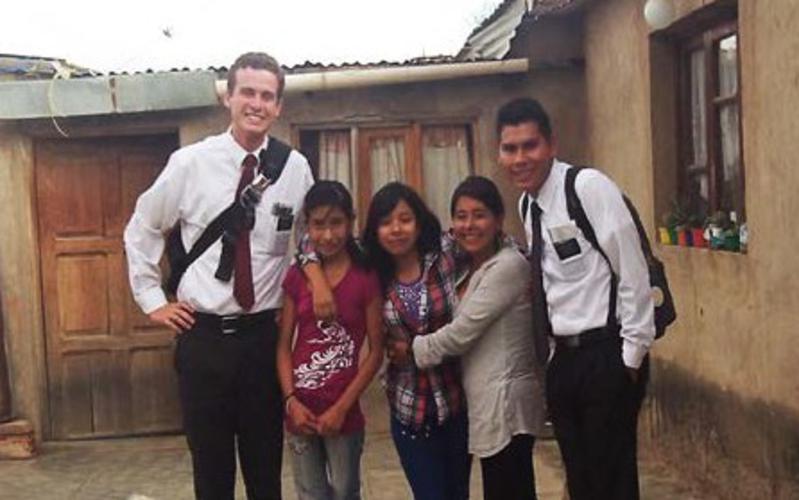 Miembros SUD de Bolivia con los misioneros SUD