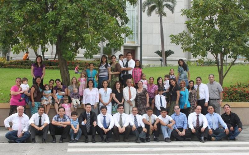 La Familia Salazar Orquera, miembros de la Iglesia de Jesucristo en Ecuador.