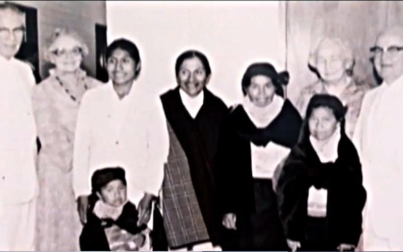 Miembros pioneros de Ecuador con el Elder Kimball
