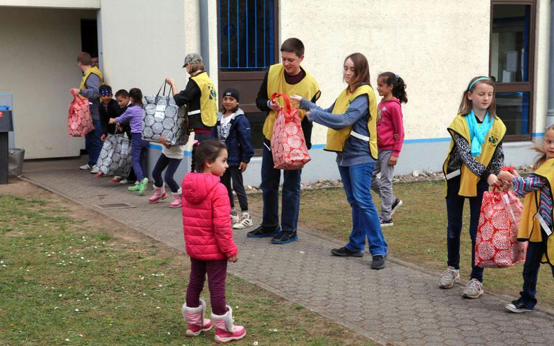 ludzie pomagający nosić torby