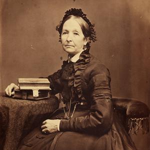 Aproximadamente en 1875. Snow era poetisa, había viajado por el mundo y era una reconocida líder de las mujeres Santos de los Últimos Días. Ella supo conectar eficazmente la Sociedad de Socorro de Nauvoo con el resurgimiento de la organización en el Territorio de Utah al conservar el libro de actas de la Sociedad de Socorro de Nauvoo y viajar por todos los asentamientos mormones para ayudar a organizar a las mujeres y animarlas a hablar.