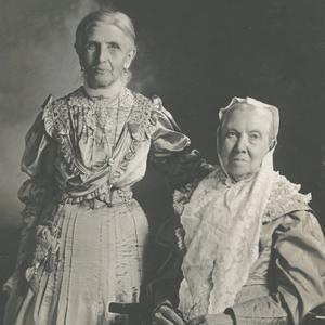En 1908. La hermana Smith (a la derecha) fue Presidenta General de la Sociedad de Socorro entre 1901 y 1910. Ella fue la última Presidenta General de la Sociedad de Socorro que también fue miembro de la Sociedad de Socorro de Nauvoo. La hermana Wells (a la izquierda) sucedió a la hermana Smith, sirviendo como Presidenta General de la Sociedad de Socorro entre 1910 y 1921.