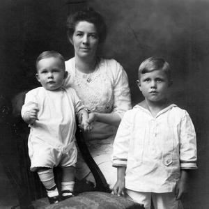Con sus hijos Philip y Richard, aproximadamente en 1916. Unos dieciocho años antes de tomarse esta foto, Knight fue una de las primeras miembros de la Iglesia, solteras, que sirvieron como misioneras.