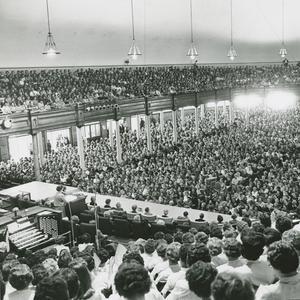 En 1962. Se llevó a cabo la primera Conferencia General de la Sociedad de Socorro en 1962. En esta fotografía del Tabernáculo de Salt Lake se aprecia una gran multitud en una de las sesiones de la Conferencia General de octubre de 1962, en la que Louise W. Madsen discursó.