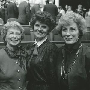 En 1989. Kapp prestó servicio como Presidenta General de las Mujeres Jóvenes desde 1984 a 1992. Esta presidencia supervisaba la creación del tema y los Valores de las Mujeres Jóvenes, y actualizaba el programa de Progreso Personal. Jack fue Presidenta General de la Sociedad de Socorro entre 1990 y 1997. Aparecen de izquierda a derecha: Malan, Kapp y Jack.