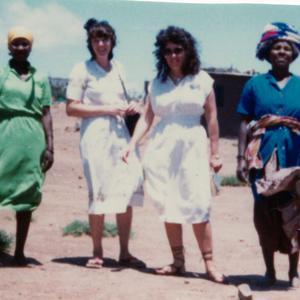 Cuando era misionera en Queenstown, Sudáfrica, aproximadamente en 1980. Oriunda de Sudáfrica, Brummer (la segunda por la derecha) fue la primera misionera Santo de los Últimos Días que hablaba fluidamente el idioma Xhosa.