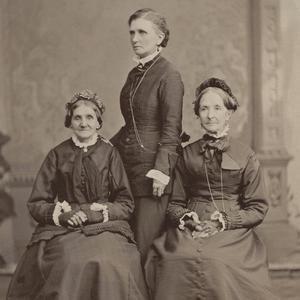 Aproximadamente en 1876. Whitney (izquierda) y Snow (derecha) eran miembros de la Sociedad de Socorro de Nauvoo y prestaron servicio juntas cuando se organizó la Mesa Directiva General de Sociedad de Socorro en 1880. Emmeline B. Wells (centro) era la editora de <i>Woman's Exponent</i> y trabajó como Secretaria General y, años más tarde, como Presidenta General de la Sociedad de Socorro. Estas tres mujeres viajaron frecuentemente para hablar ante diferentes congregaciones