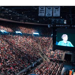 2016. El Centro Marriott celebra sesiones plenarias de la Conferencia de la Mujer de BYU, que se vienen realizando desde 1976. La imagen de Sandra Rogers, vicepresidenta internacional de BYU, se muestra en la pantalla grande.