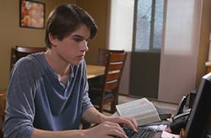 Studente che usa un computer