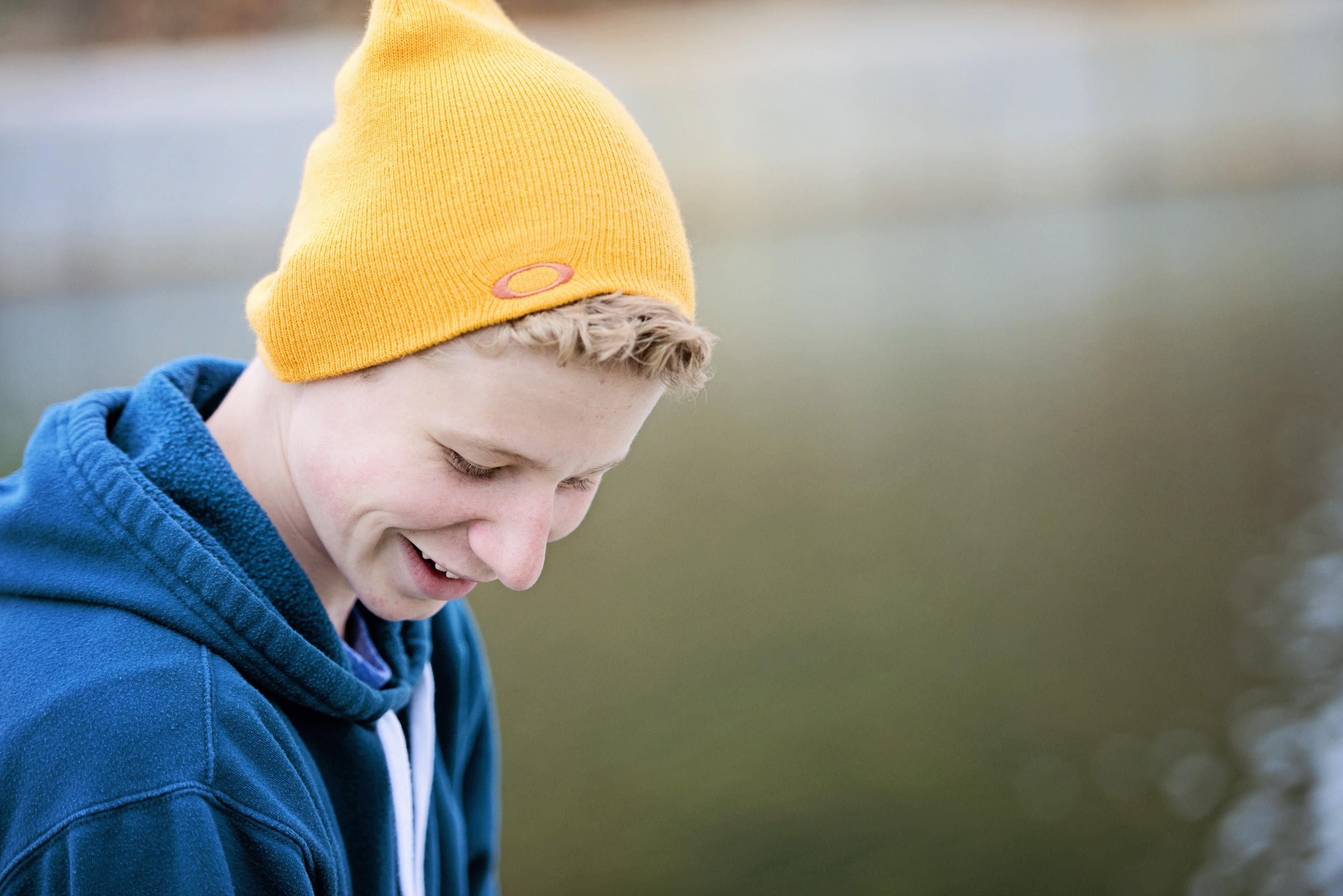 rapaz com chapéu amarelo