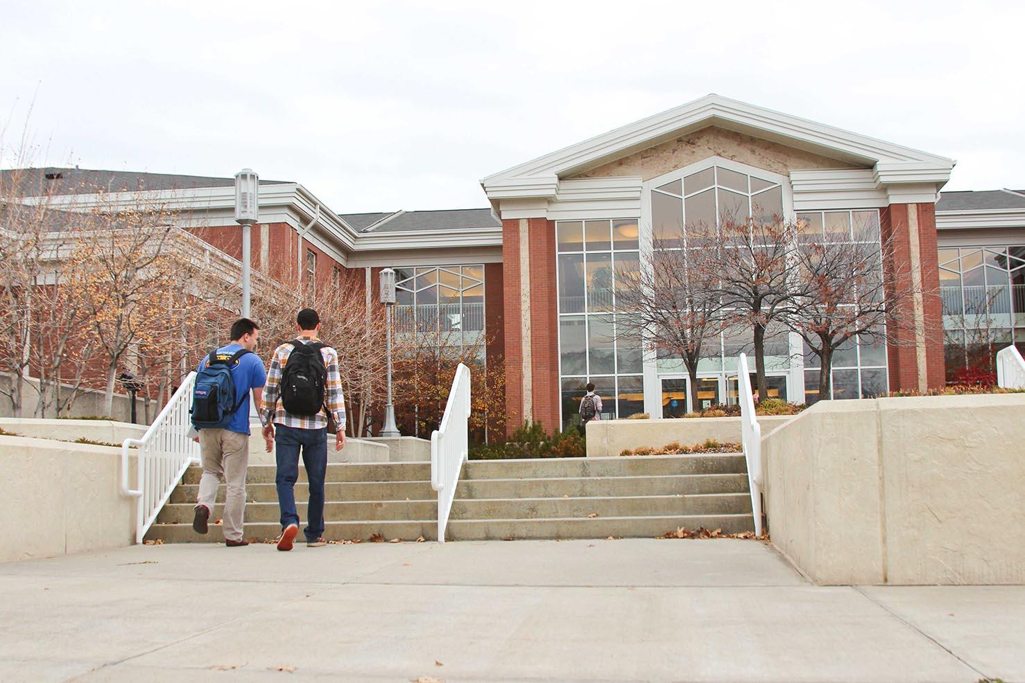Étudiants entrant dans une école
