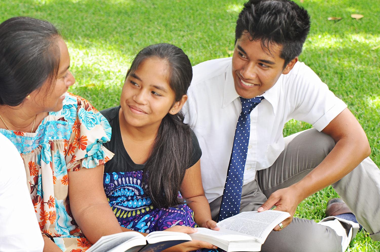 Eltern lesen mit ihren Kindern in den heiligen Schriften