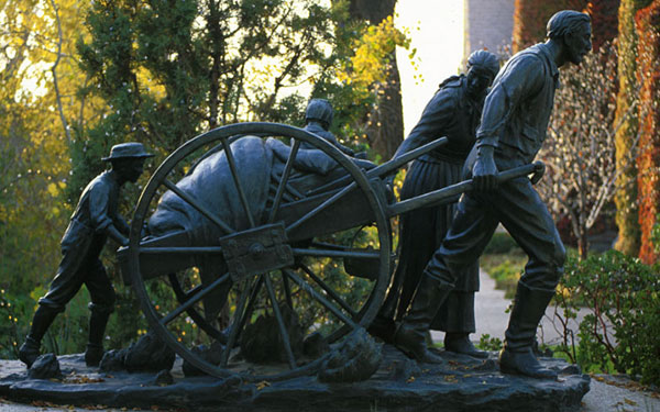 Statue of pioneers pulling a handcart