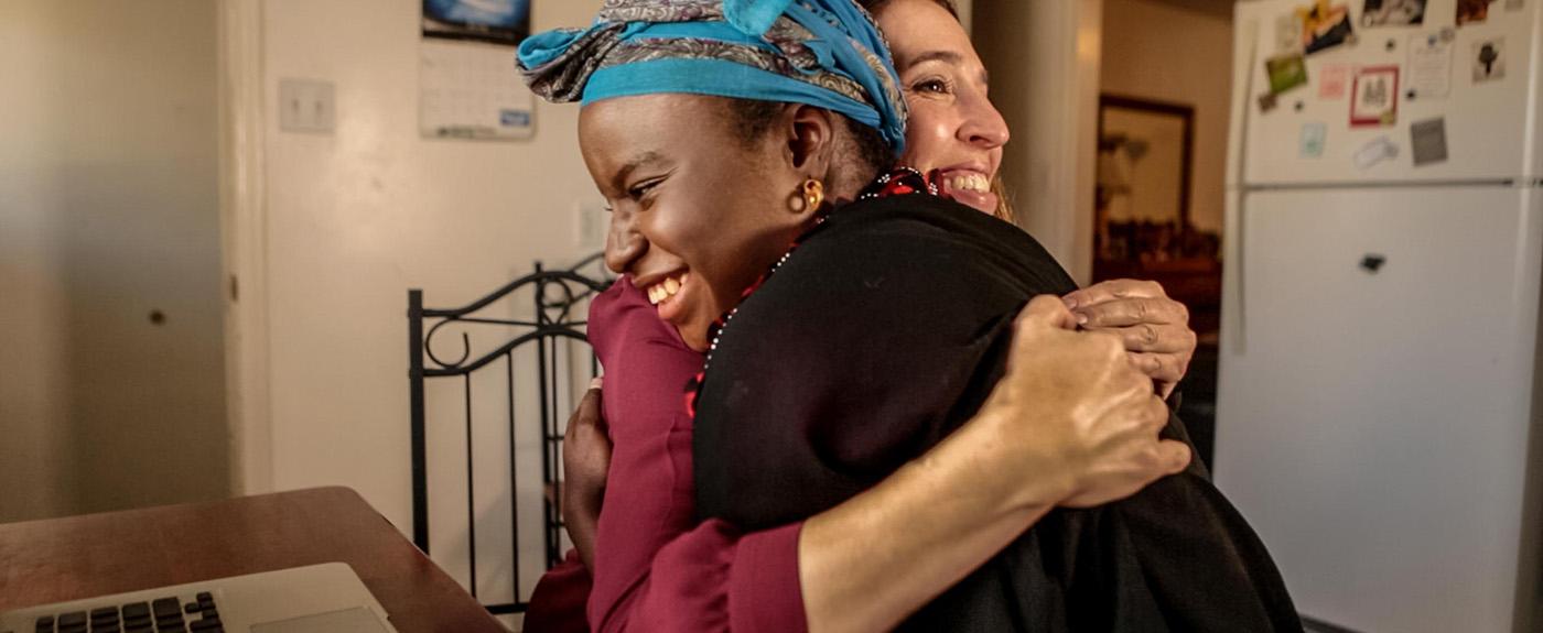 Deux femmes se serrant dans les bras.